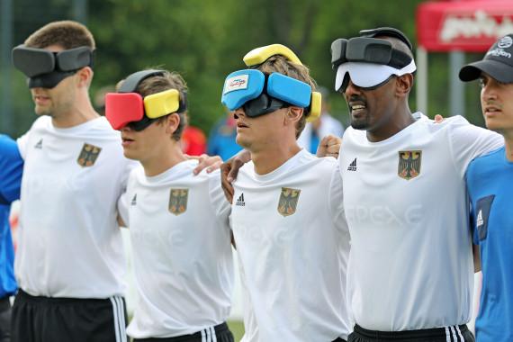 Taime Kuttig (3.v.r.) mit der Blindenfußball-Nationalmannschaft.JPG
