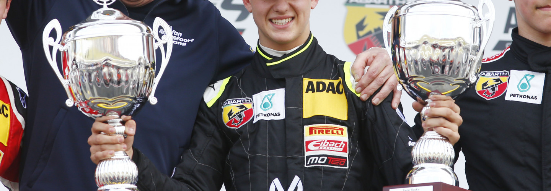 VAR-Teamchef Frits van Amersfoort (li.) zusammen mit Mick Schumacher bei seinem ersten Formel-4-Sieg 2015
