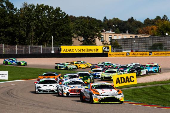 Der Aston Martin Vantage GT4 führt das volle Feld auf dem Sachsenring an