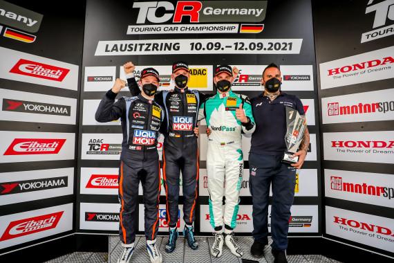 Das Samstagspodium der ADAC TCR Germany auf dem Lausitzring